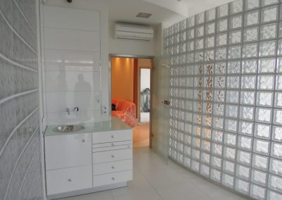 Ściana z luksferów matowych satynowanych Seves Glasspol - realizacje, pustaki szklane glassblocks